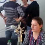 Schüler singen live a capella im Studio und werden von ihrer Mitschülerin anmoderiert